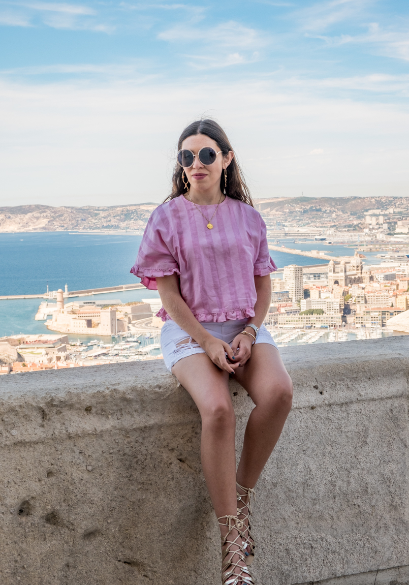 Le Fashionaire Why traveling is so important? linen stripes pink zara blouse high waist white pink flamingo embroidered zara shorts round gold sunglasses flat sandals greek gold ribbons stradivarius 1268 EN 805x1151