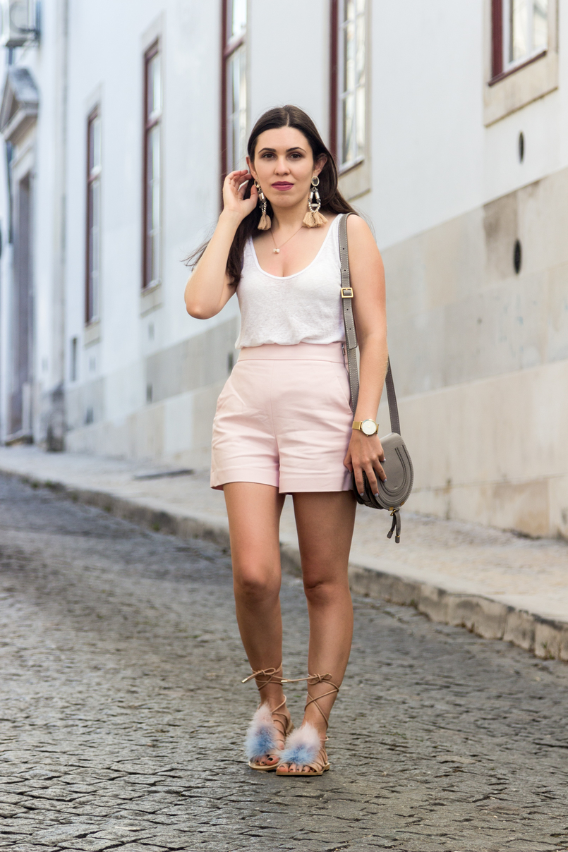 Le Fashionaire Why is the tank top a summer essential? linen white zara tank top pale pink zara shorts bold tassels pink hm earrings feathers pale blue pink nude zara sandals 5666 EN 805x1208