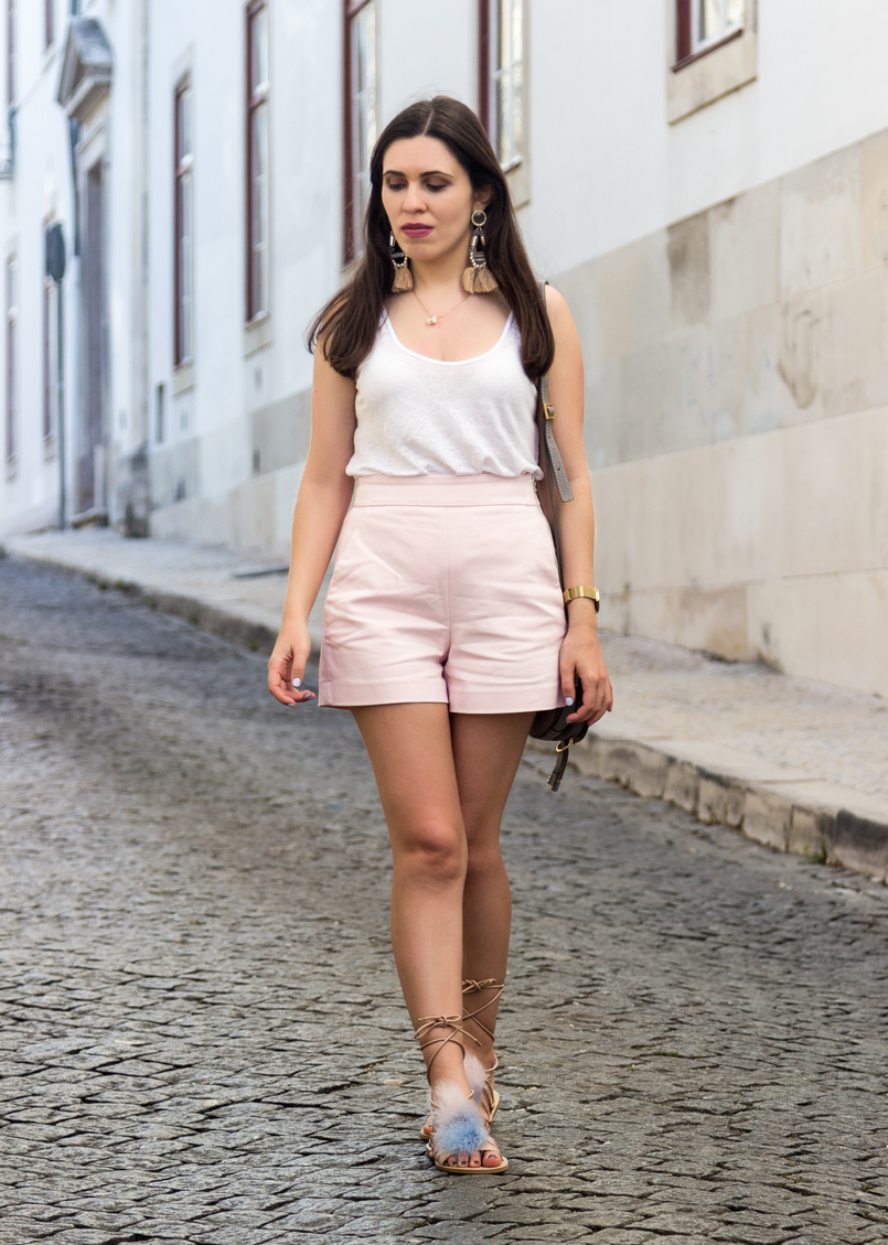 Le Fashionaire Why is the tank top a summer essential? linen white zara tank top pale pink zara shorts bold tassels pink hm earrings feathers pale blue pink nude zara sandals 5673 EN 805x1129