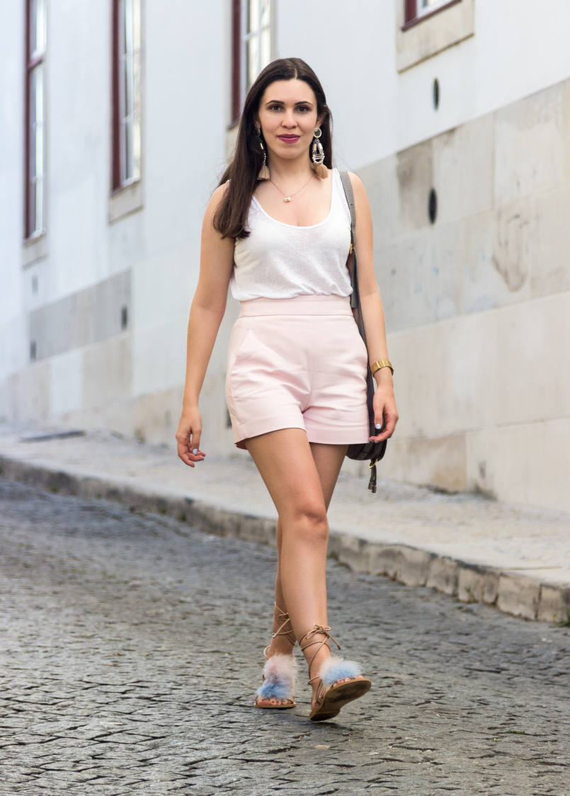 Le Fashionaire Why is the tank top a summer essential? linen white zara tank top pale pink zara shorts bold tassels pink hm earrings feathers pale blue pink nude zara sandals 5718 EN 805x1124