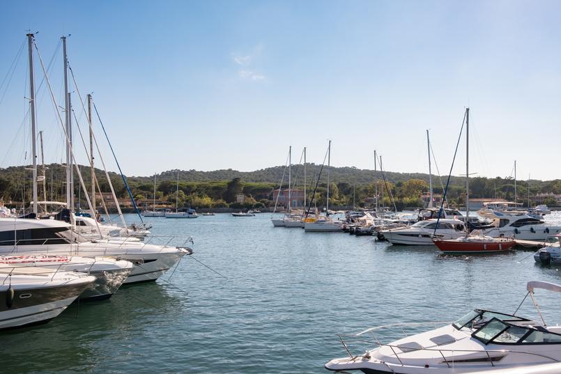 Le Fashionaire O pesadelo da Île Porquerolles (ou o perigo das fotos do instagram) mar azul agua baia barcos marina 0926 PT 805x537