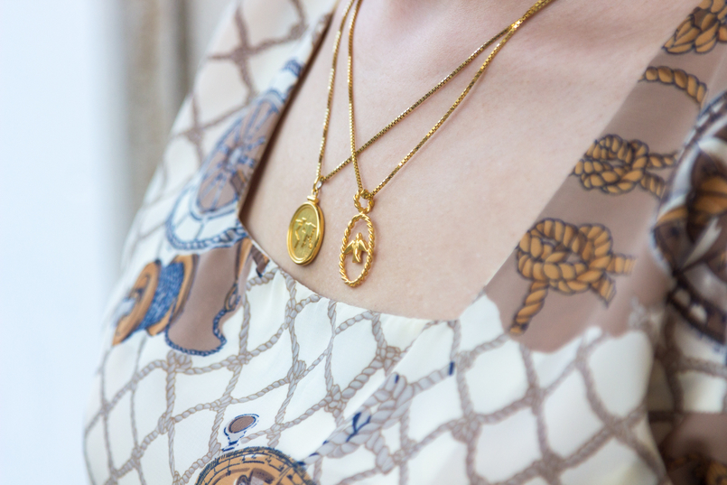 Le Fashionaire Timeless pieces: this dress is more than 20 years! navy knot nude lady like white vintage lady like dress medallion gold world map gold bird cinco necklace 7693 EN 805x537