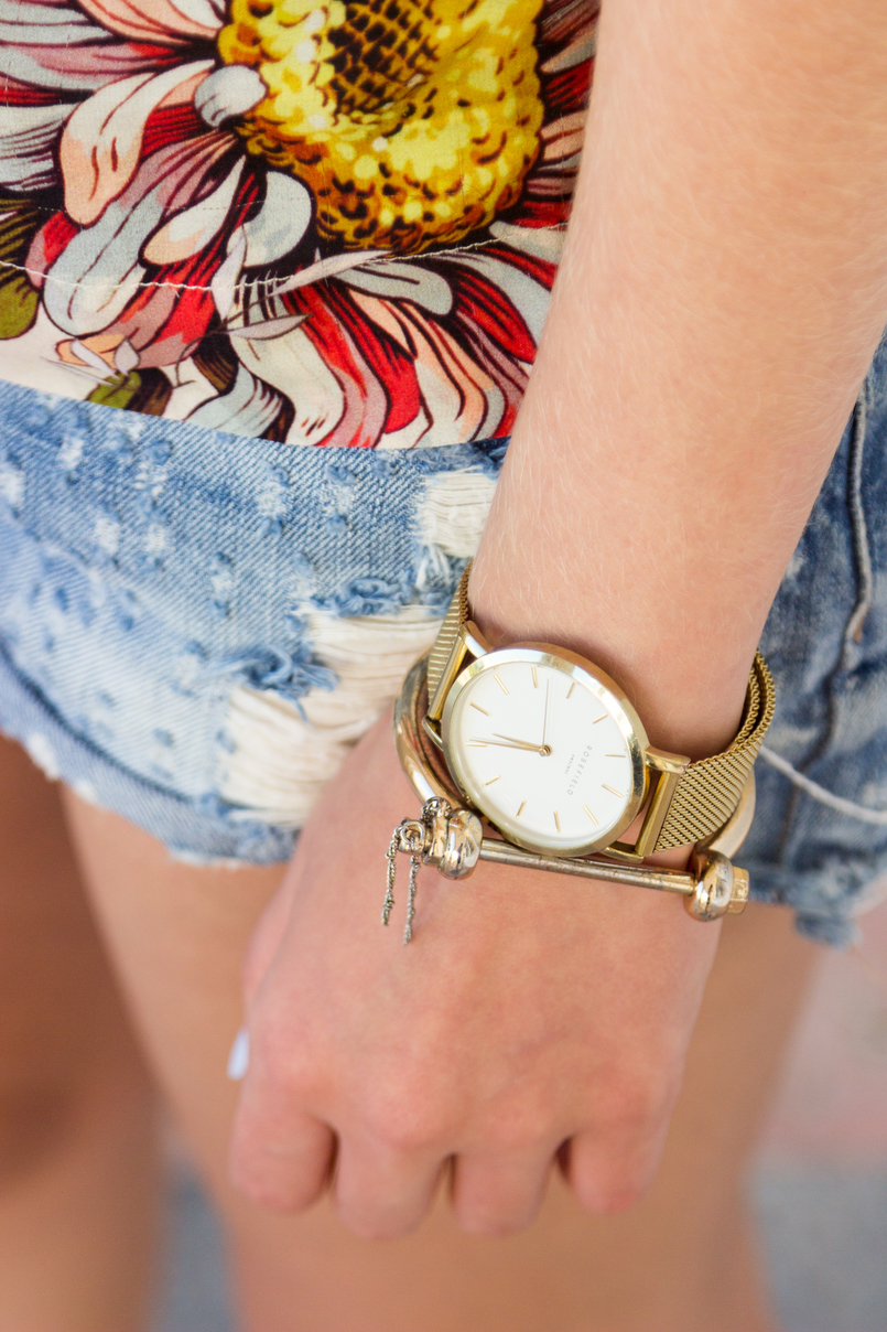 Le Fashionaire How to style denim shorts in a chic way nude blush silk flowers zara tee blouse light denim ripped bershka shorts crystal swarovski nude drop earrings gold rosefield watches watch 5913 EN 805x1208