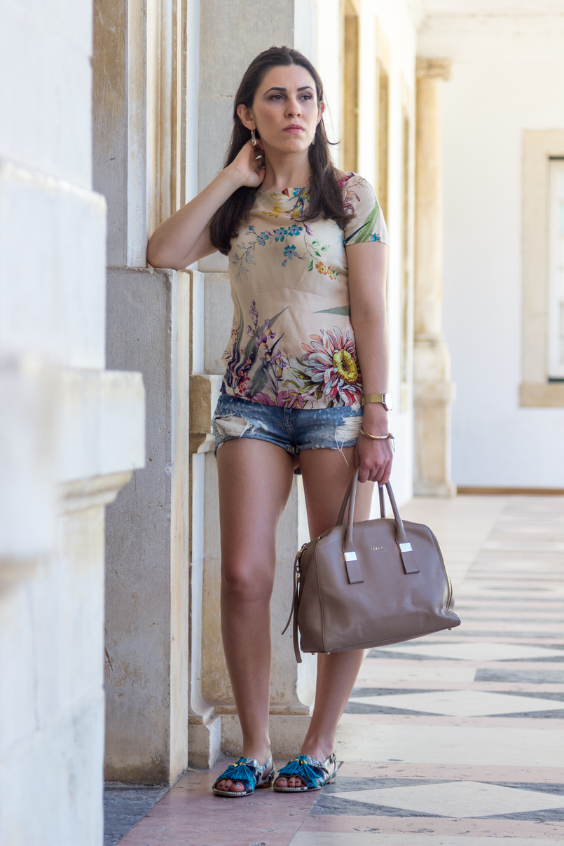 Le Fashionaire How to style denim shorts in a chic way nude blush silk flowers zara tee blouse light denim ripped bershka shorts dark blue turquoise leather snake print flat sandals luiza barcelos 5882 EN 805x1208
