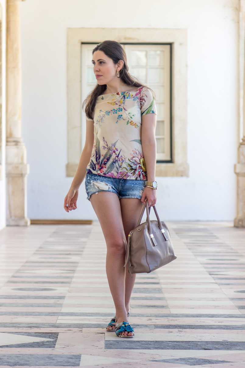 Le Fashionaire How to style denim shorts in a chic way nude blush silk flowers zara tee blouse light denim ripped bershka shorts dark blue turquoise leather snake print flat sandals luiza barcelos 5917 EN 805x1208