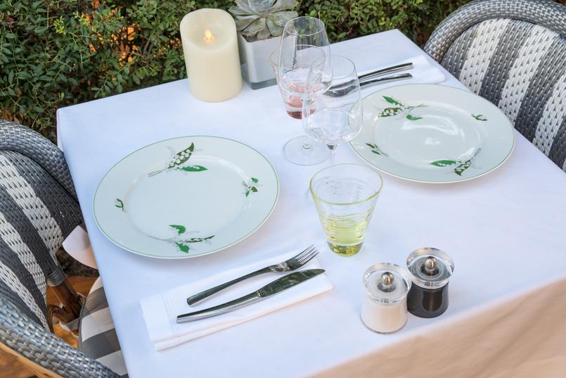 Le Fashionaire Como é jantar no Dior Des Lices em Saint Tropez? pratos brancos verdes lirio branco 0729 PT1 805x537