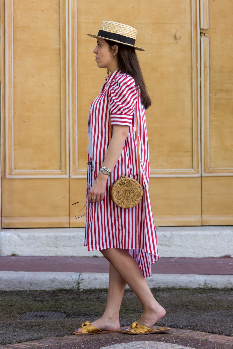Le Fashionaire One piece, two outfits: the dress you can wear as an oversized shirt red white stripes zara dress dark yellow satin zara slides round rattan straw handmade bag straw black ribbon stradivarius hat 7991 EN 805x1208
