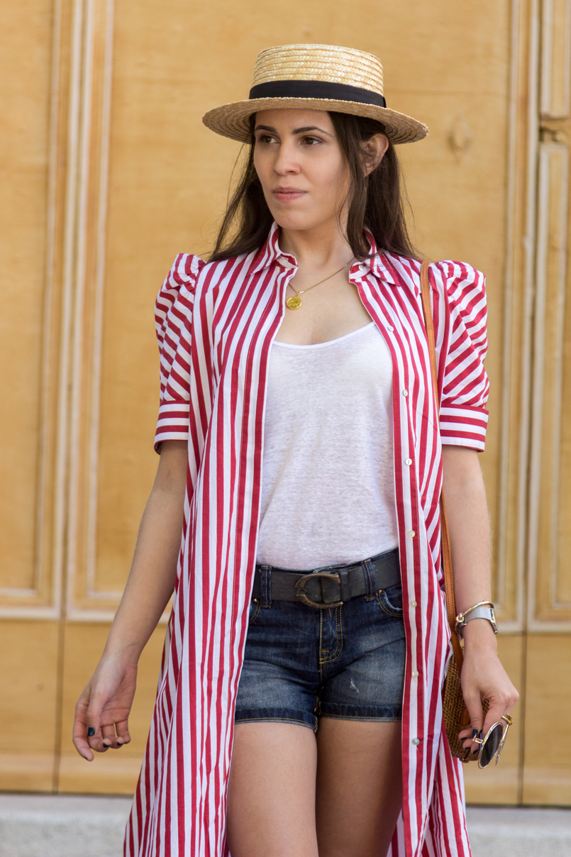 Le Fashionaire One piece, two outfits: the dress you can wear as an oversized shirt red white stripes zara dress white linen zara tank top denim bershka shorts straw black ribbon stradivarius hat 7981 EN 805x1208