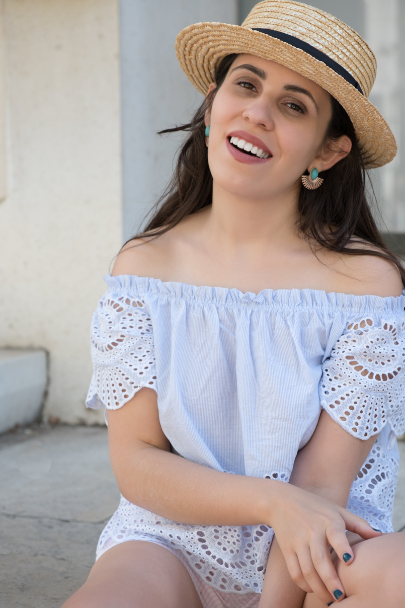 Le Fashionaire What to wear in a city break this summer top no shoulders swiss embroidered stripes stradivarius straw black ribbon stradivarius hat 0239 EN 805x1208