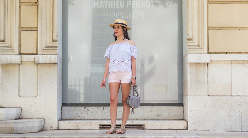 Le Fashionaire What to wear in a city break this summer top no shoulders swiss embroidered stripes stradivarius straw black ribbon stradivarius hat Chloe mini marcie grey leather bag 7925F EN 805x450