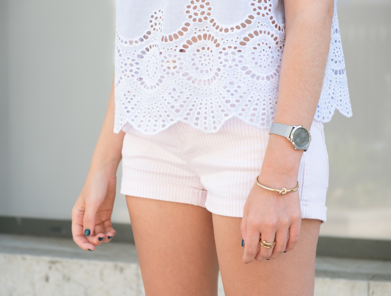Le Fashionaire What to wear in a city break this summer top no shoulders swiss embroidered stripes stradivarius white pale pink stradivarius shorts 0256 EN 805x610