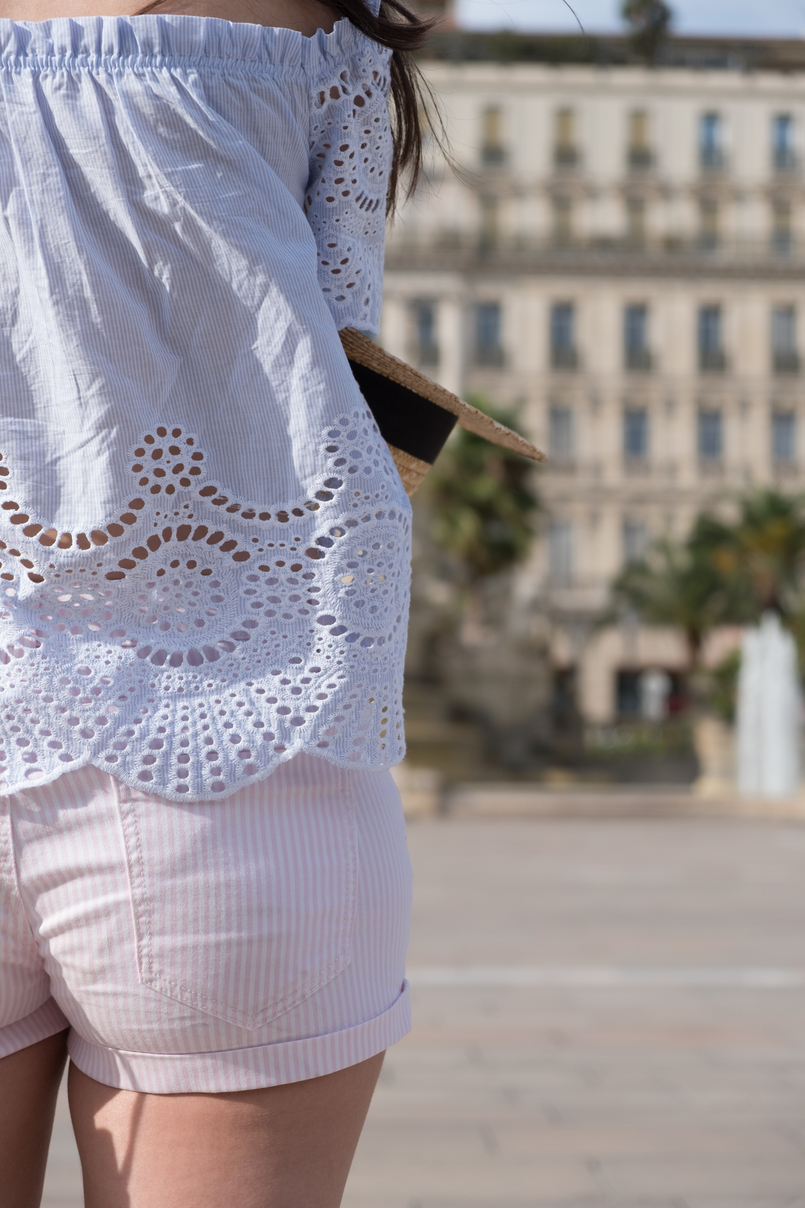 Le Fashionaire What to wear in a city break this summer top no shoulders swiss embroidered stripes stradivarius white pale pink stradivarius shorts 0298 EN 805x1208