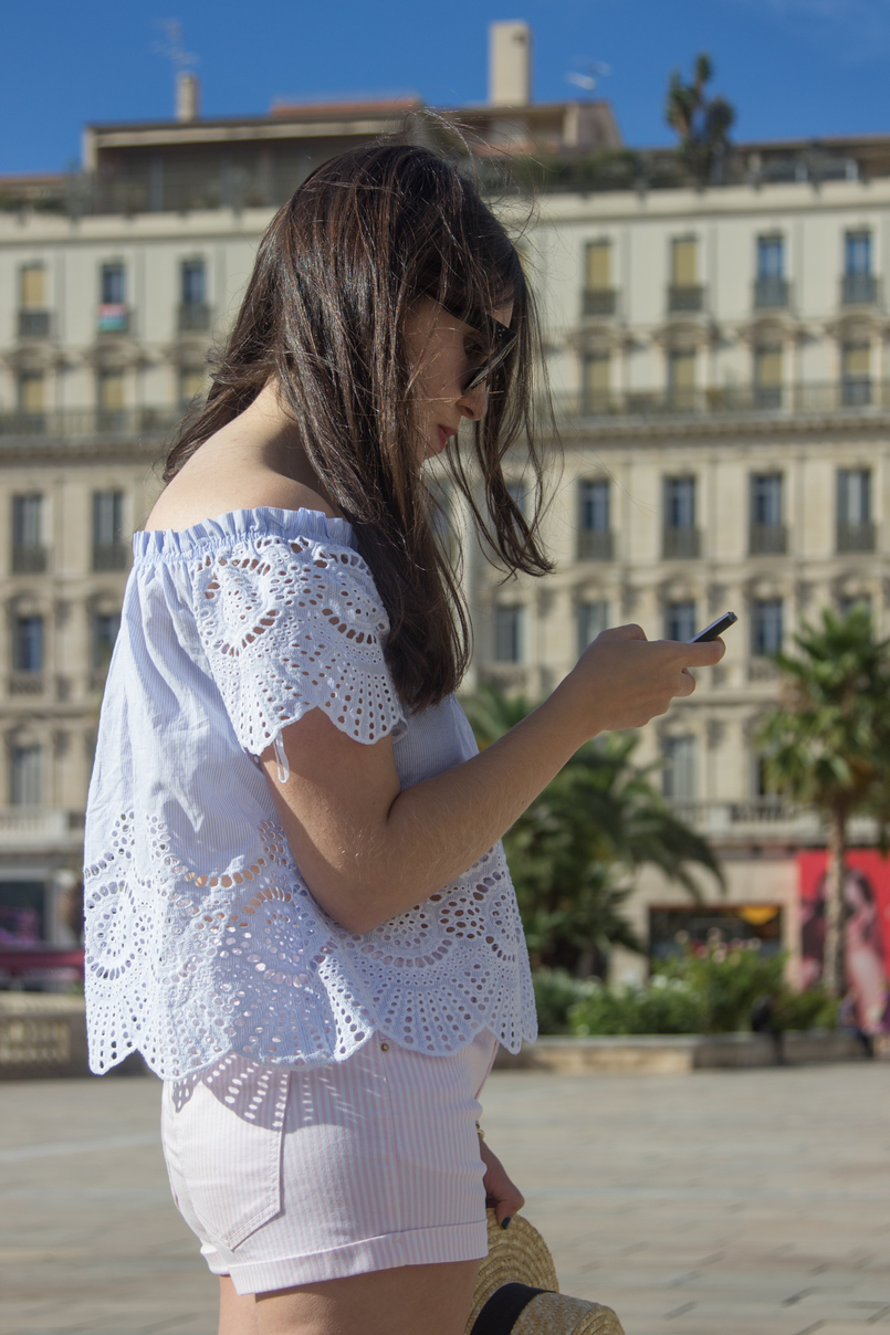 Le Fashionaire What to wear in a city break this summer top no shoulders swiss embroidered stripes stradivarius white pale pink stradivarius shorts 7967 EN 805x1208