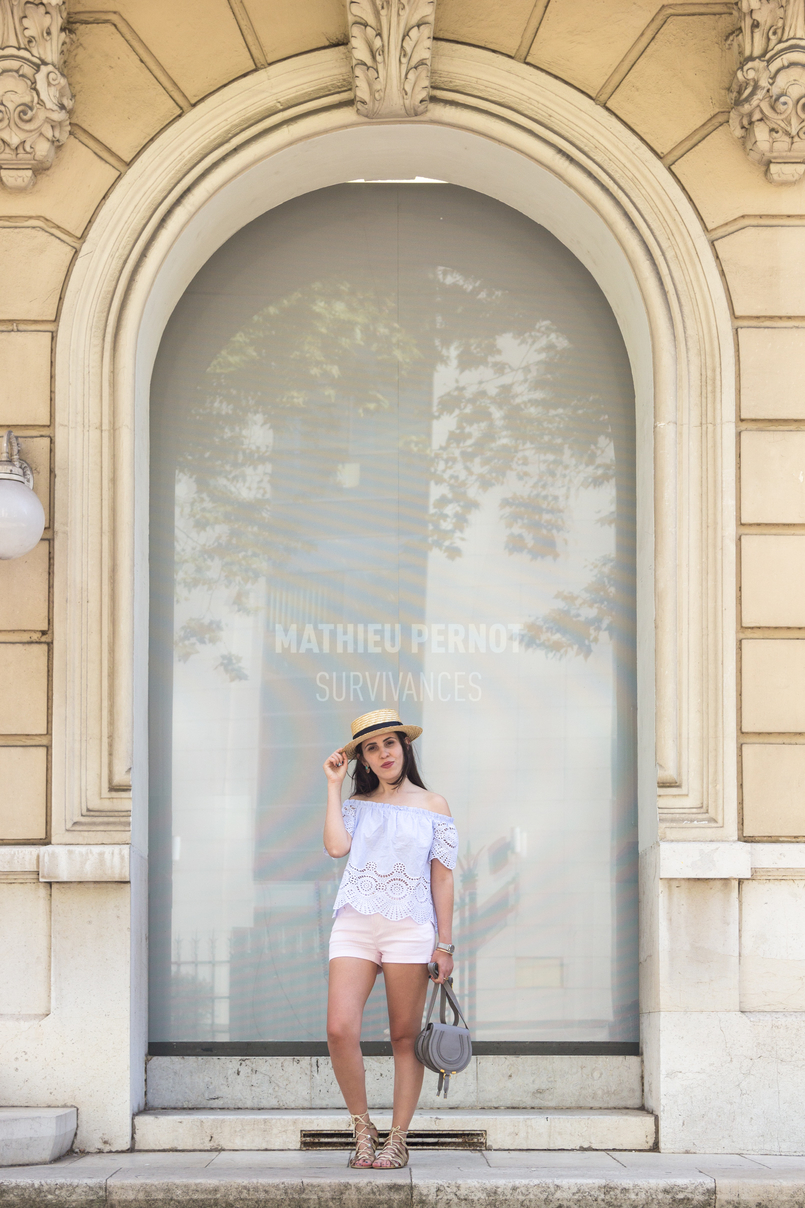 Le Fashionaire What to wear in a city break this summer top no shoulders swiss embroidered stripes stradivarius white pale pink stradivarius shorts Chloe mini marcie grey leather bag 7928 EN 805x1208