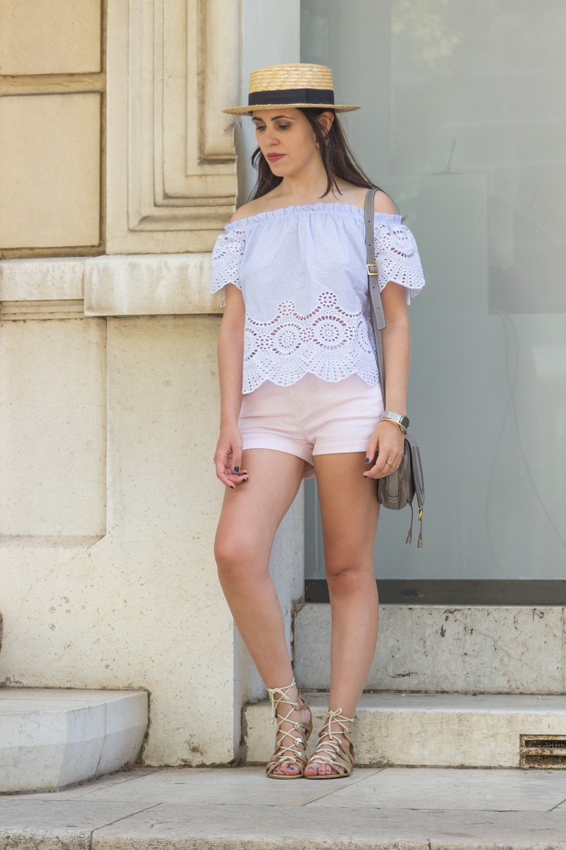 Le Fashionaire What to wear in a city break this summer top no shoulders swiss embroidered stripes stradivarius white pale pink stradivarius shorts gold greek stradivarius sandals 7916 EN 805x1208
