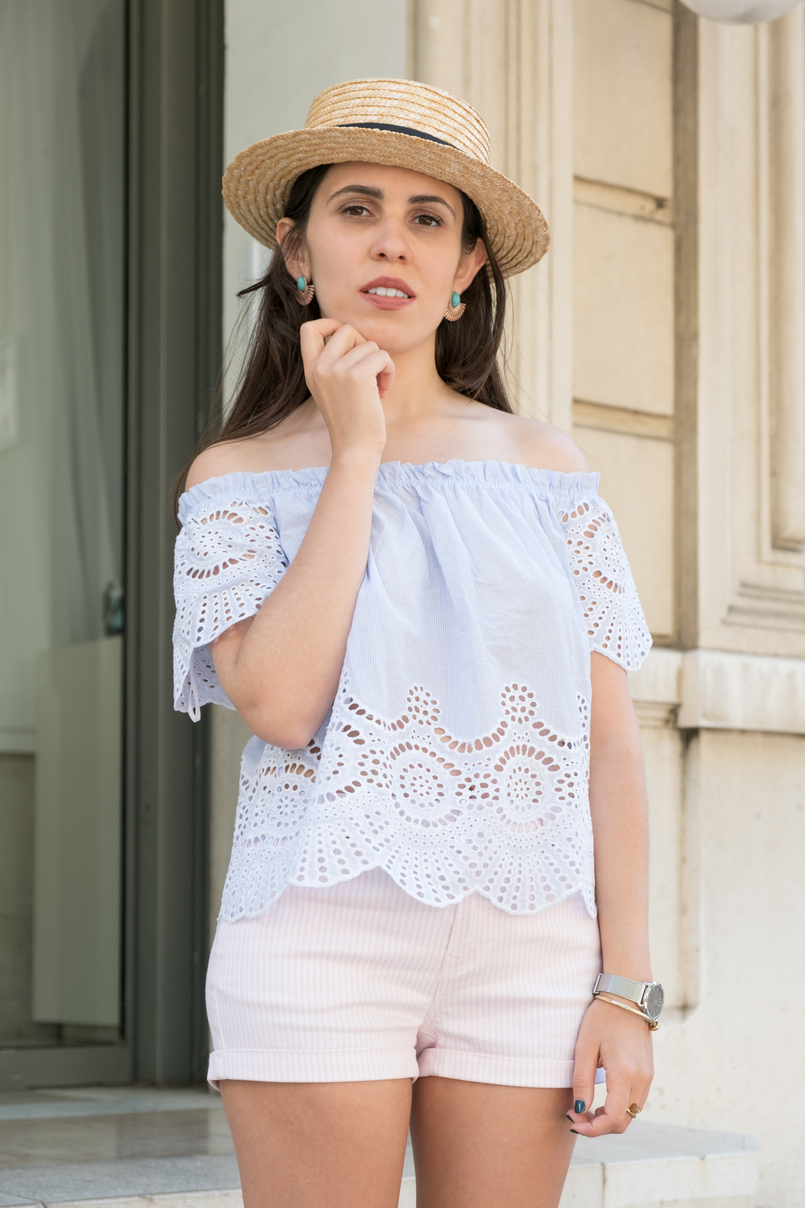 Le Fashionaire What to wear in a city break this summer top no shoulders swiss embroidered stripes stradivarius white pale pink stradivarius shorts straw black ribbon stradivarius hat 0263 EN 805x1208