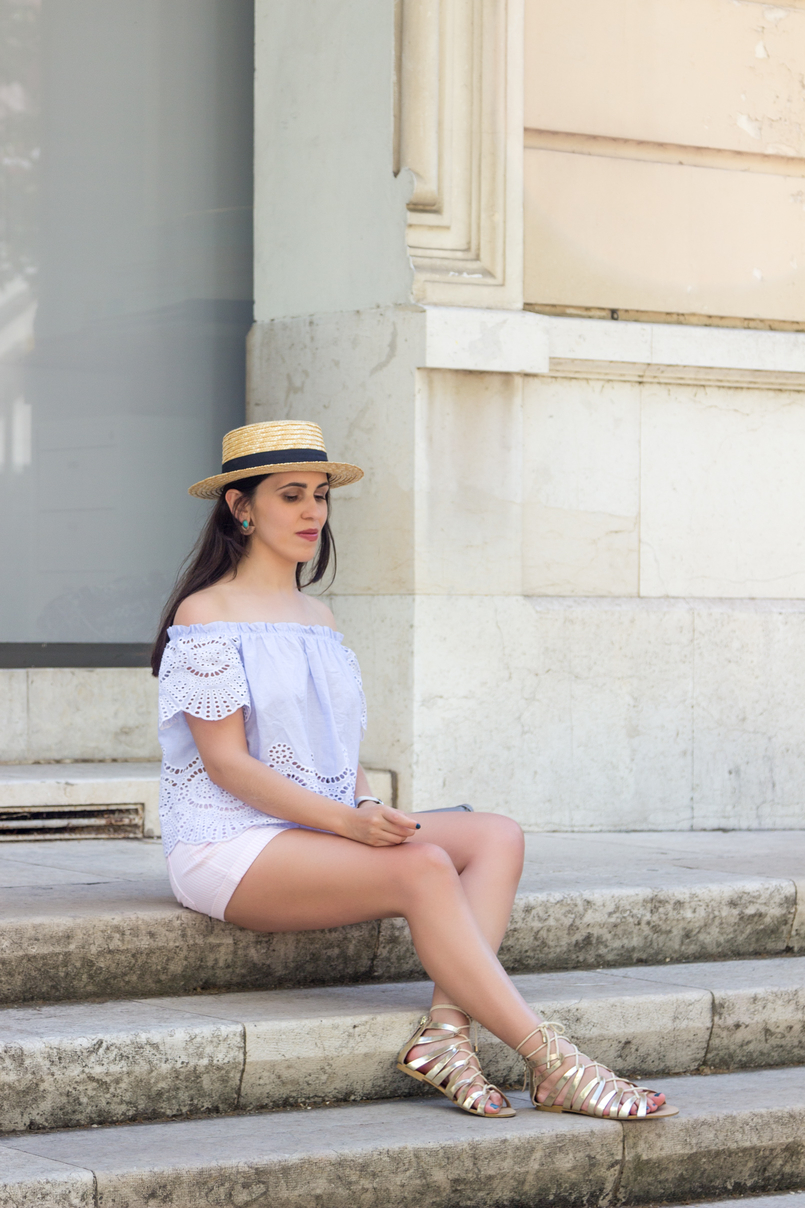 Le Fashionaire What to wear in a city break this summer top no shoulders swiss embroidered stripes stradivarius white pale pink stradivarius shorts straw black ribbon stradivarius hat 7938 EN 805x1208