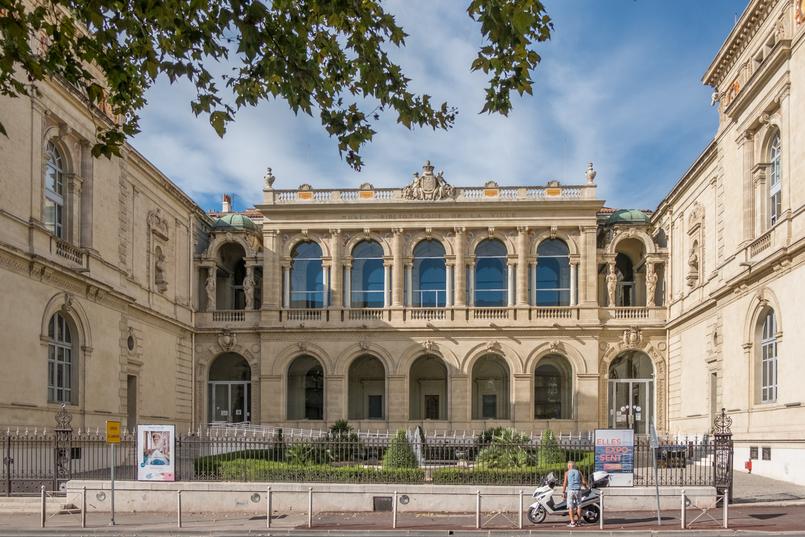 Le Fashionaire Sul de França: O que vestir para férias na cidade? toulon franca monumento cidade arquitetura 0286 PT 805x537