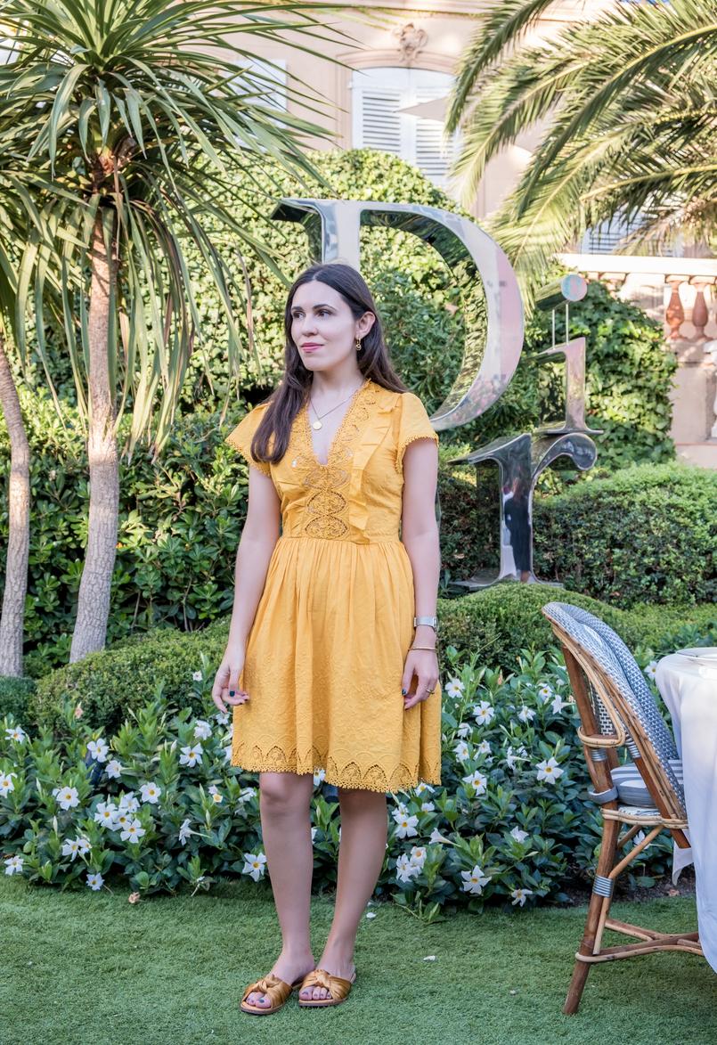 Le Fashionaire Como é jantar no Dior Des Lices em Saint Tropez? vestido amarelo algodao bordado mango chinelos amarelos laco cetim zara colar mapa mundo cinco prata dourado 0717 PT1 805x1173