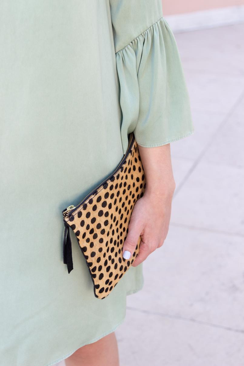 Le Fashionaire Por que é que toda a gente deveria ter uma clutch leopardo? vestido menta folhos mangas zara clutch leopardo pele castanho preto sfera 5550 PT 805x1208