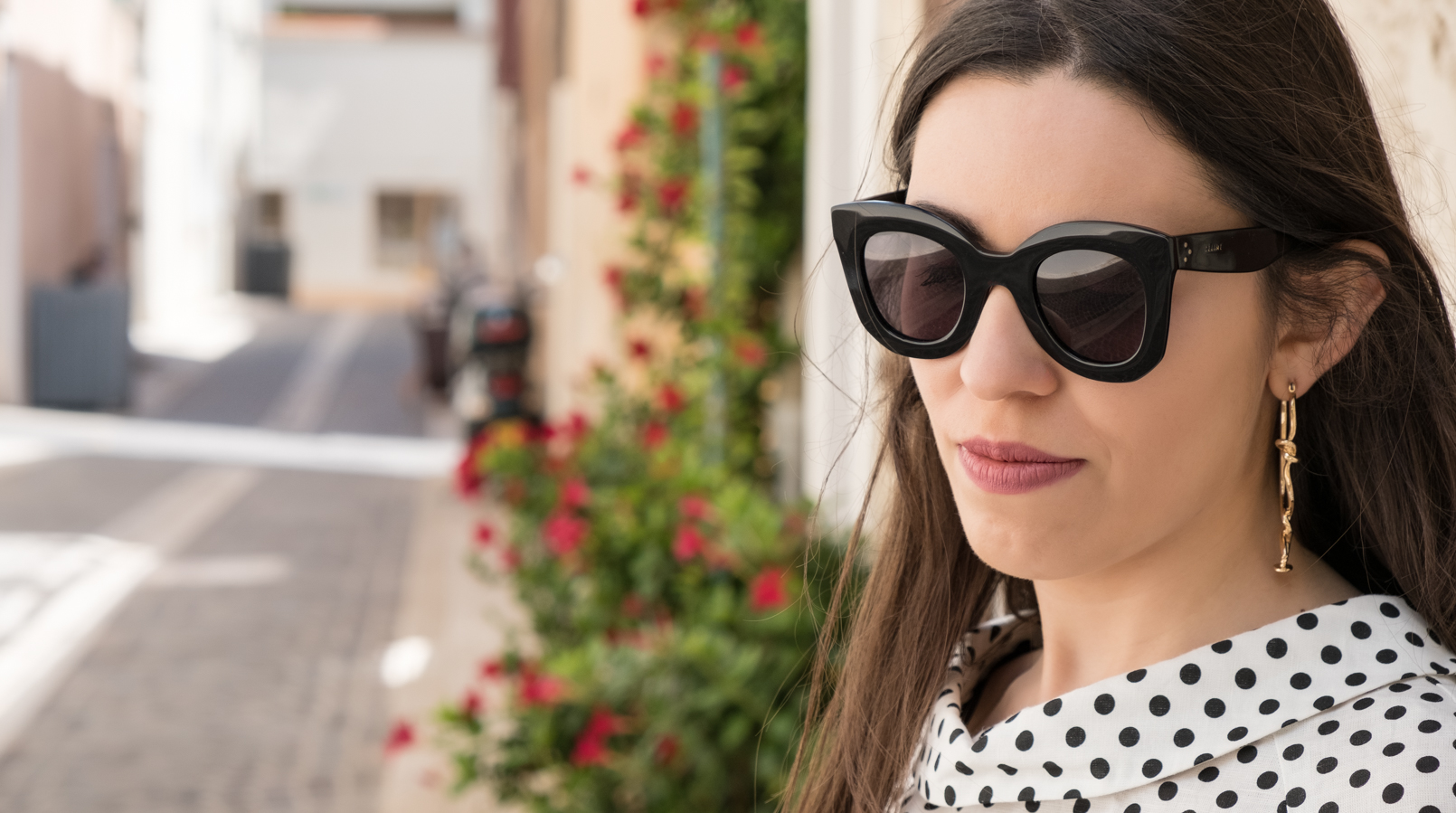 Le Fashionaire Cassis, the picturesque city in South of France white black polka dots linen blouse gold spikes mango bold earrings black celine marta sunglasses DSCF0122F EN
