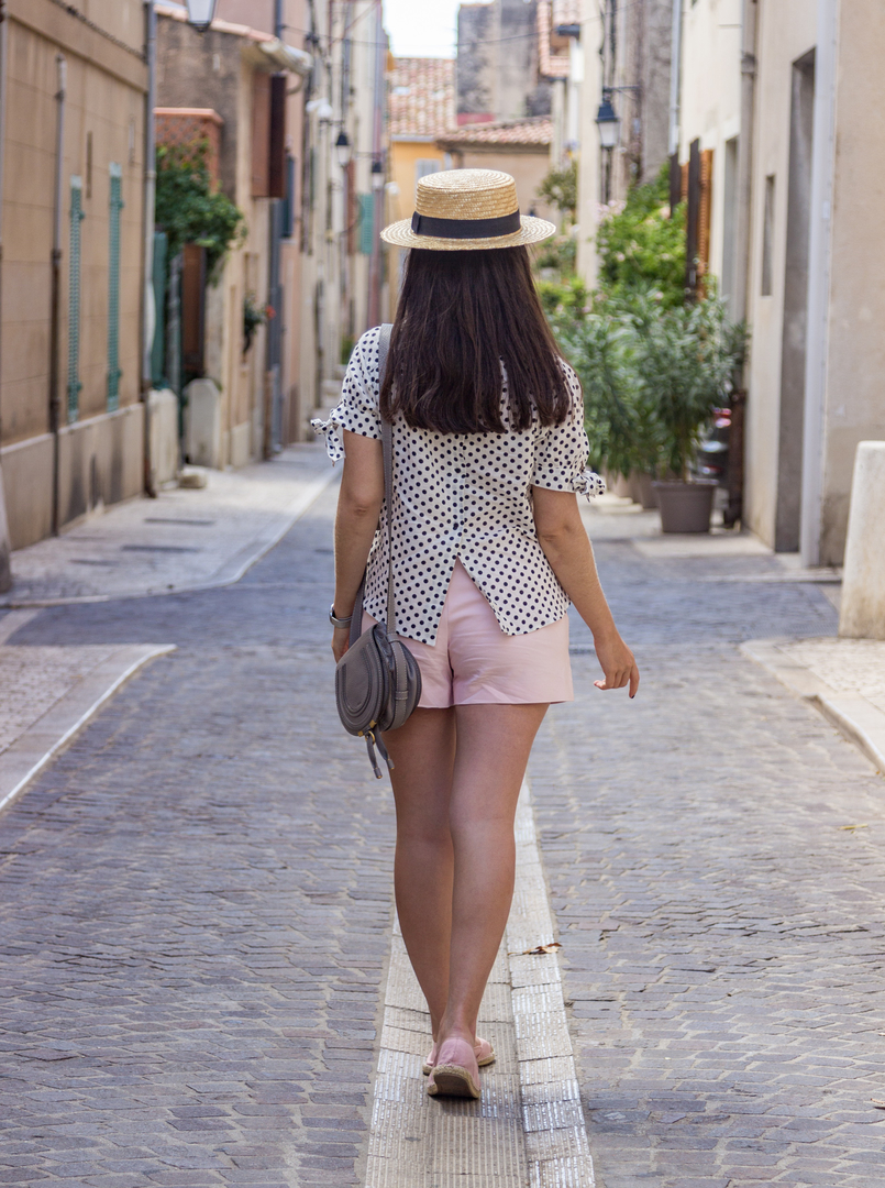 Le Fashionaire Cassis, the picturesque city in South of France white black polka dots linen blouse pale pink zara shorts pink satin gold espadrilles hm chloe mini marcie grey bag 7902 EN 805x1080