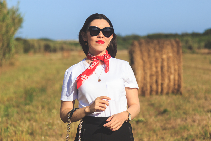 Le Fashionaire The day i jumped into a straw bale...and liked it! white camlo organic cotton tee polka dots red white vintage scarf earrings hoops cinco gold coin gold vintage necklace 6746 EN 805x537