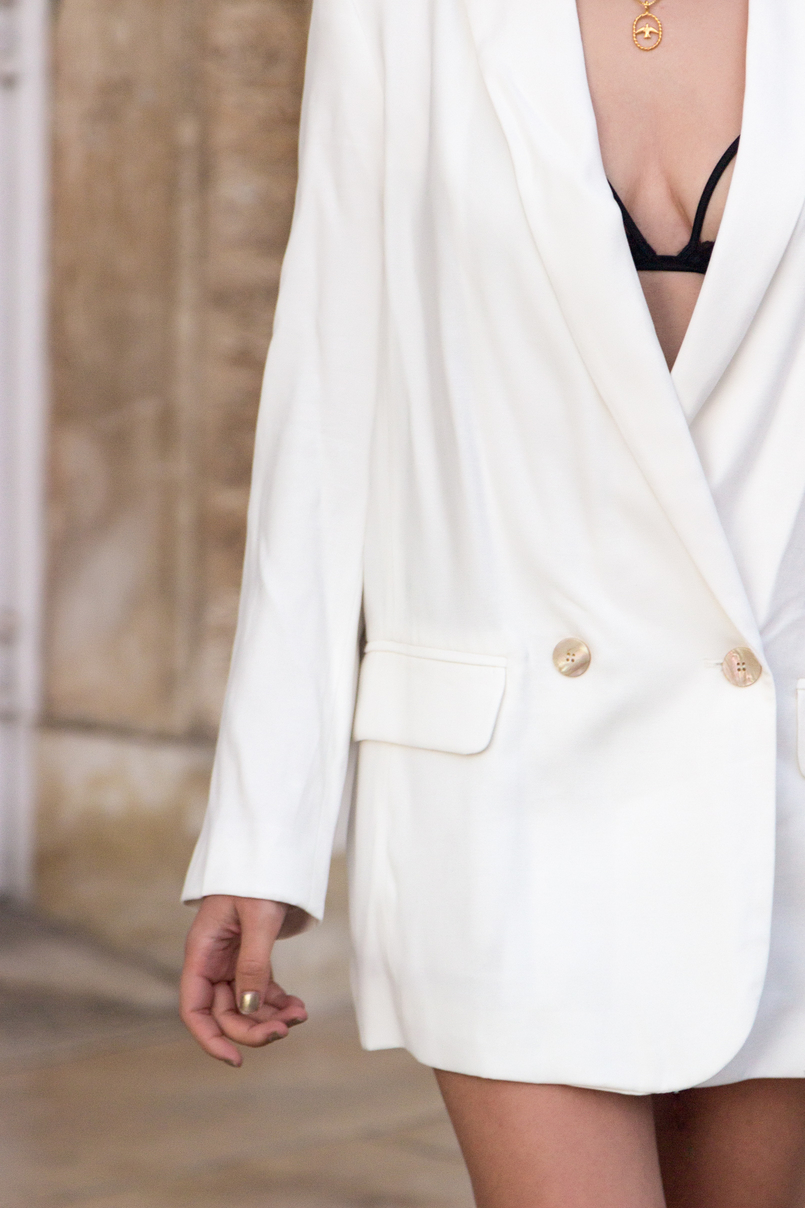 Le Fashionaire What's the secret to feel good in our own skin? white oversized zara blazer dress bird gold necklace cinco 7789 EN 805x1208
