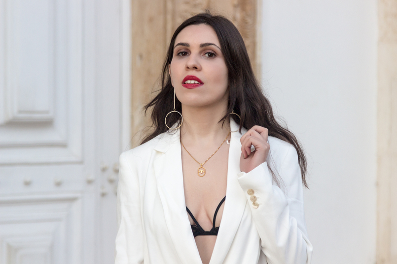 Le Fashionaire What's the secret to feel good in our own skin? white oversized zara blazer dress bird gold necklace cinco long gold circle hm earrings red dolce gabbana lipstick 7781 EN 805x537