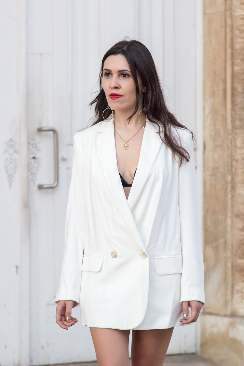 Le Fashionaire What's the secret to feel good in our own skin? white oversized zara blazer dress bird gold necklace cinco long gold circle hm earrings red dolce gabbana lipstick 7792 EN 805x1208