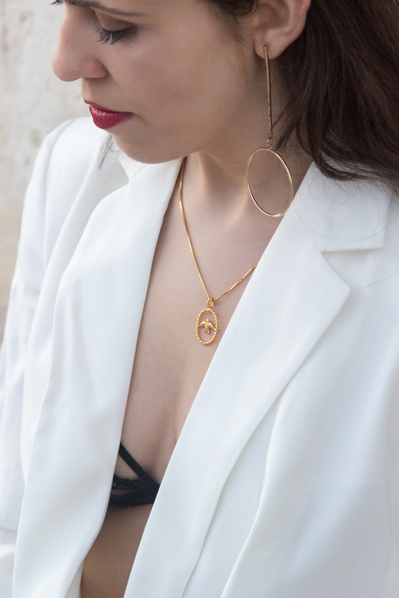 Le Fashionaire What's the secret to feel good in our own skin? white oversized zara blazer dress bird gold necklace cinco long gold circle hm earrings red dolce gabbana lipstick 7815 EN 805x1208