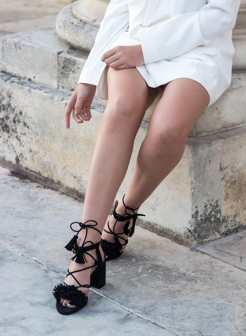 Le Fashionaire What's the secret to feel good in our own skin? white oversized zara blazer dress fringes tassels black suede sandals zara 7829 EN 805x1100