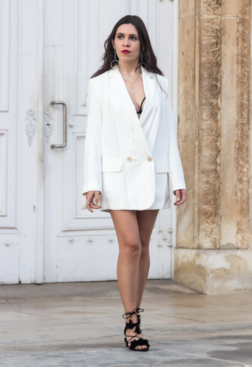 Le Fashionaire What's the secret to feel good in our own skin? white oversized zara blazer dress fringes tassels black suede sandals zara bird gold necklace cinco red dolce gabbana lipstick 7770 EN 805x1173