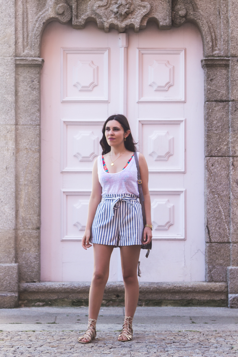 Le Fashionaire How to wear the brallete trend in a chic way white zara linen tank top white blue stripes paper bag pull bear shorts gold greek stradivarius sandals 7163 EN 805x1208
