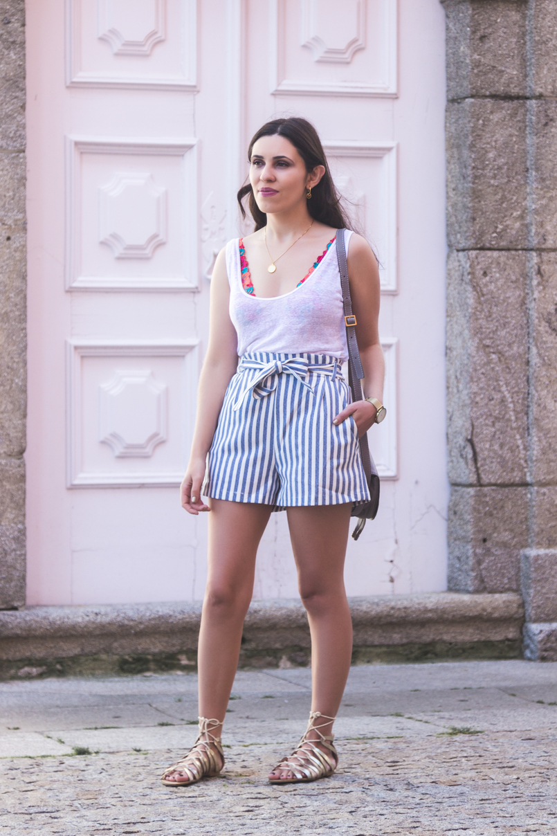 Le Fashionaire How to wear the brallete trend in a chic way white zara linen tank top white blue stripes paper bag pull bear shorts gold greek stradivarius sandals 7171 EN 805x1208