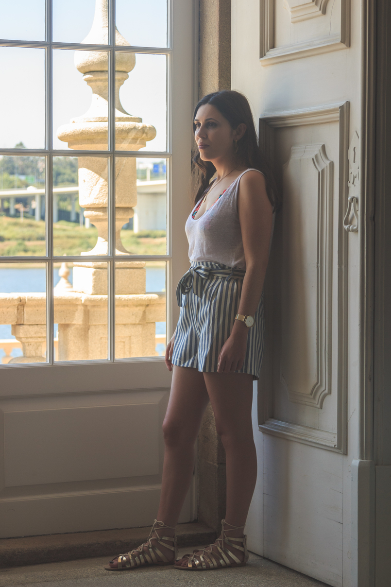 Le Fashionaire How to wear the brallete trend in a chic way white zara linen tank top white blue stripes paper bag pull bear shorts gold greek stradivarius sandals 7191 EN 805x1208