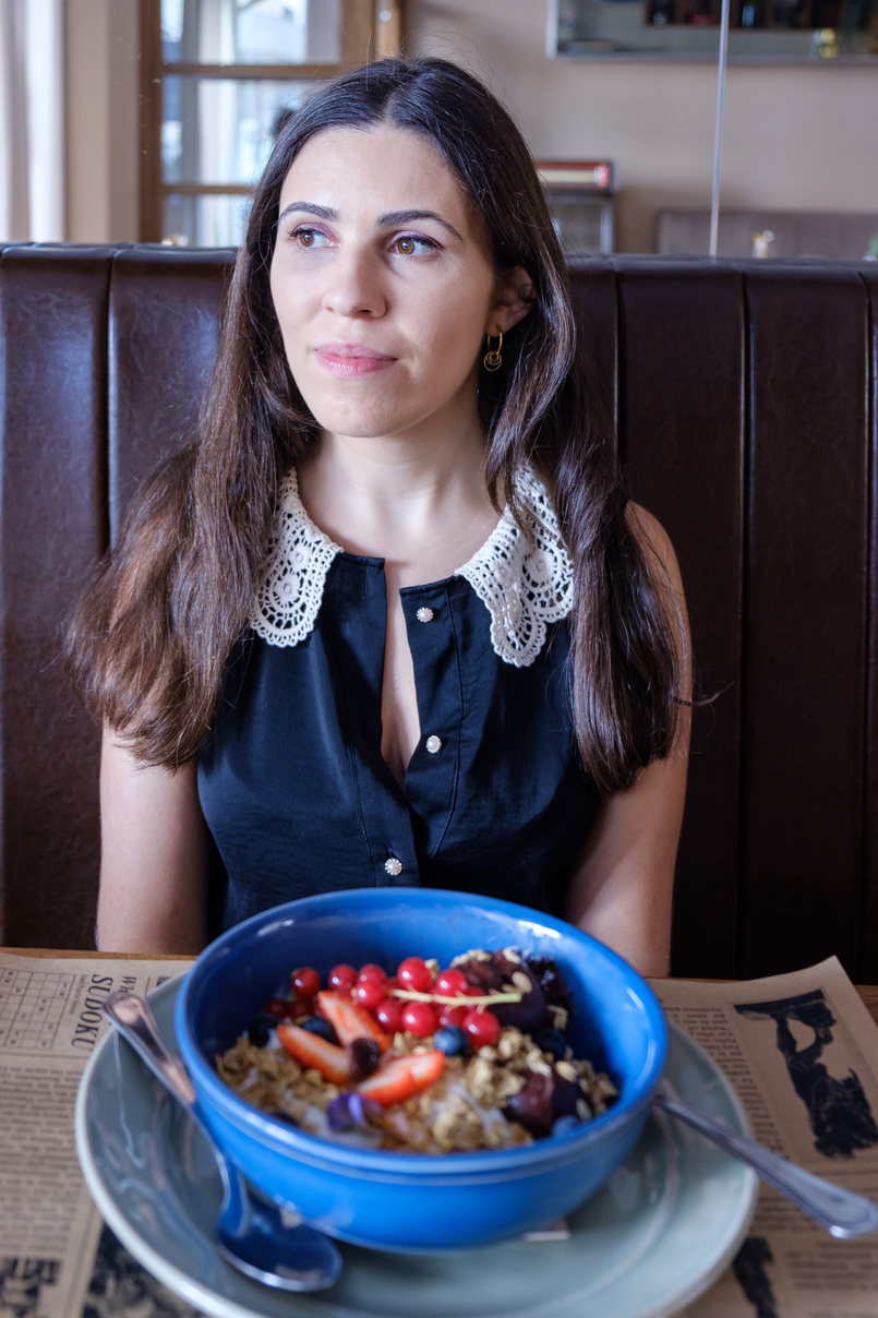 Le Fashionaire Cool spot in town: Negra black embroidered white neck lanidor blouse gold hoop earrings cinco silver acai bowl fruits strawberries blueberries 2243 EN 805x1208