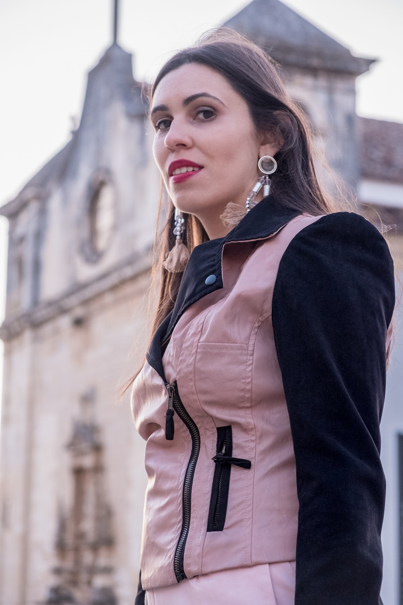 Le Fashionaire How to wear pink in a total look blogger catarine martins fashion inspiration fake leather pink black velvet bershka jaket tassels pale pink pvc plastic bold earrings 4438 EN 805x1208
