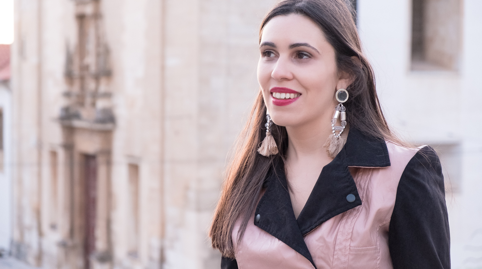 Le Fashionaire How to wear pink in a total look blogger catarine martins fashion inspiration fake leather pink black velvet bershka jaket tassels pale pink pvc plastic bold earrings 4442F EN