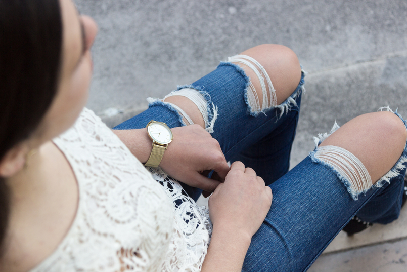 Le Fashionaire Style: My two essentials for the summer end blogger catarine martins fashion inspiration white embroidered tee blouse silver zara denim ripped jeans zara 6923 EN 805x537