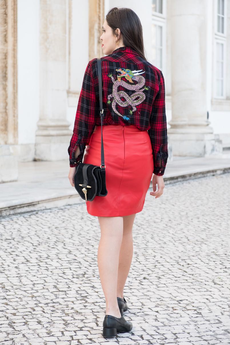 Le Fashionaire Alerta vermelho: esta é a cor que vai dar vida ao inverno blogueira catarine martins camisa xadrez preto vermelho manga estampado costas dragao saia pele vermelha no uterque brincos argolas douradas prata cinco 3443 PT 805x1208