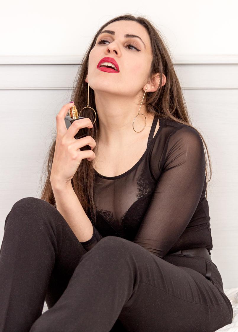 Le Fashionaire Perfume do momento: Coco Noir da Chanel blogueira catarine martins perfume preto coco noir chanel body preto transparente asos calcas pretas zara brincos dourados compridos argola hm 1855 PT 805x1125