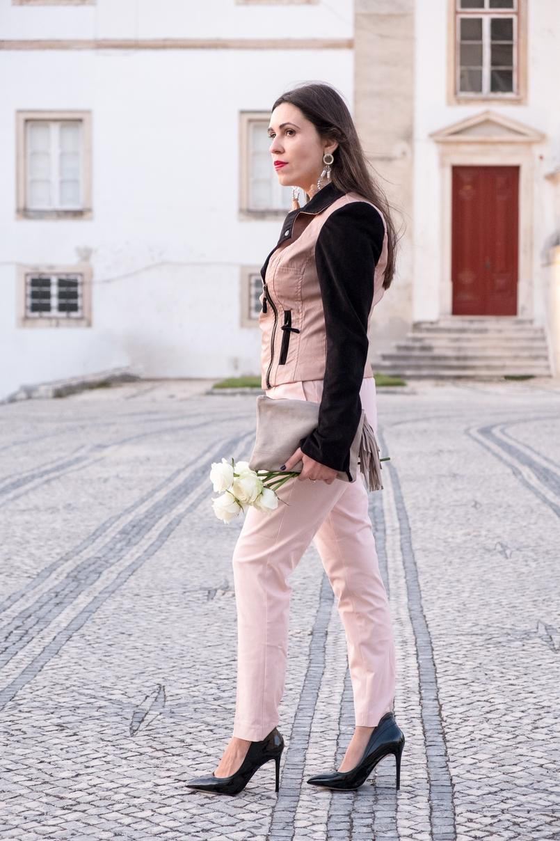 Le Fashionaire Como usar rosa em look total blusao cabedal rosa preto pele falsa veludo bershka calcas baggy rosa claro zara clutch pele bege sfera sapatos pretos salto alto verniz aldo 4426 PT 805x1208