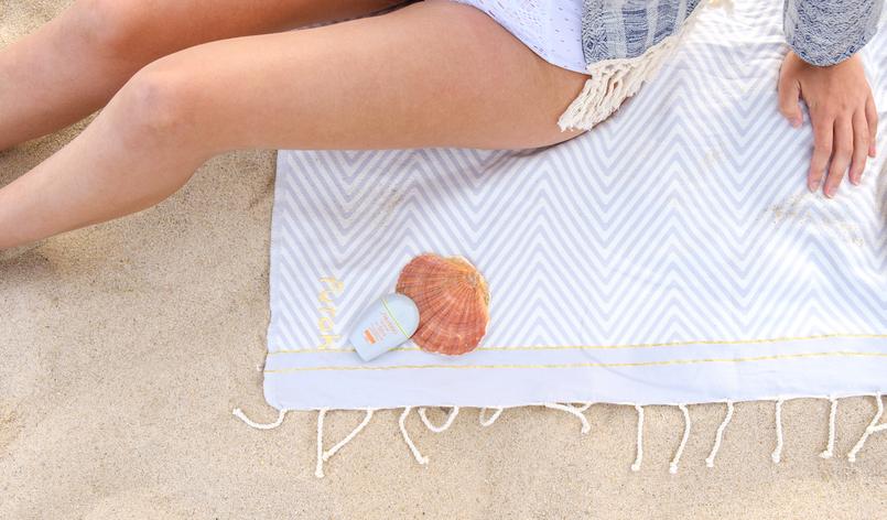 Le Fashionaire Porque é tão importante usar protector solar todo o ano conchas toalha praia futah riscas 1933 PT 805x472