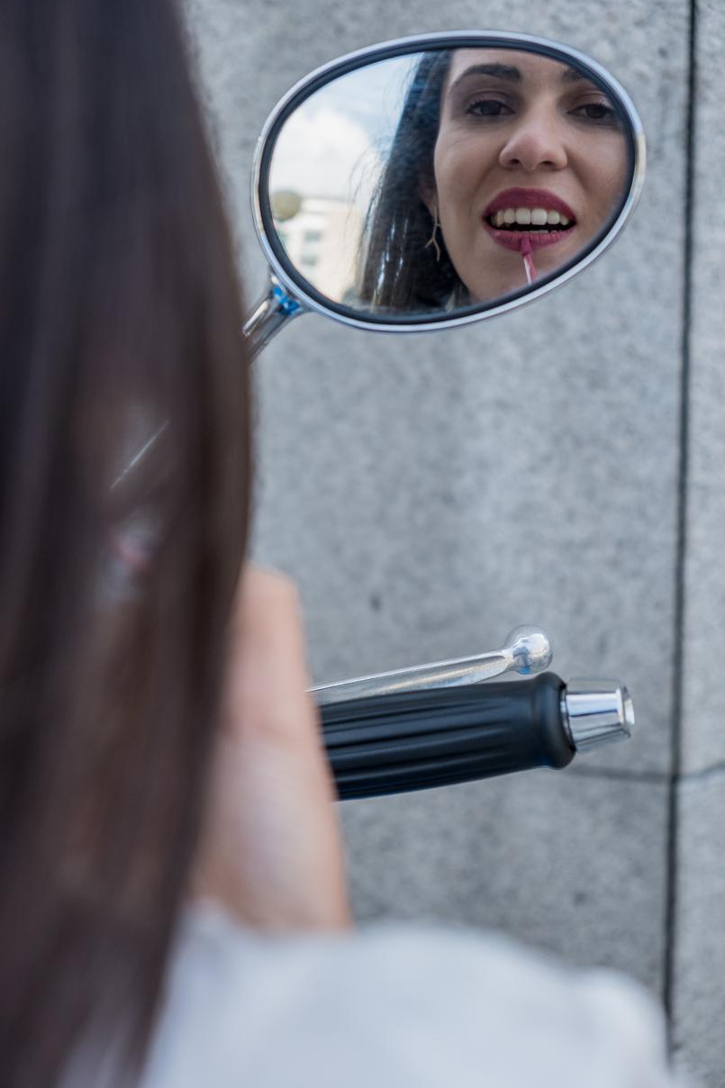 Le Fashionaire Os novos batons da Revlon a que é impossível resistir espelho moto blogueira catarine martins kisses batom revlon mate nude 2874 PT 805x1208