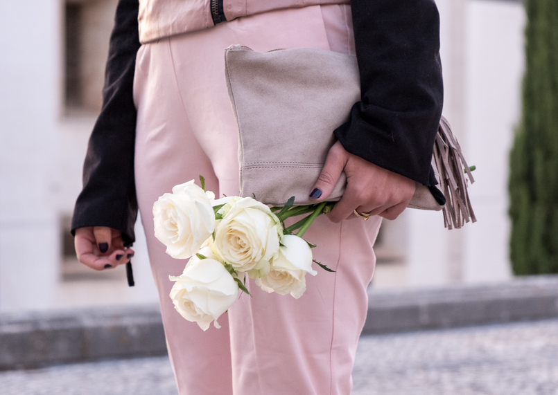 Le Fashionaire How to wear pink in a total look fake leather pink black velvet bershka jaket baggy pale pink zara trousers nude sfera leather clutch white roses 4434 EN 805x571