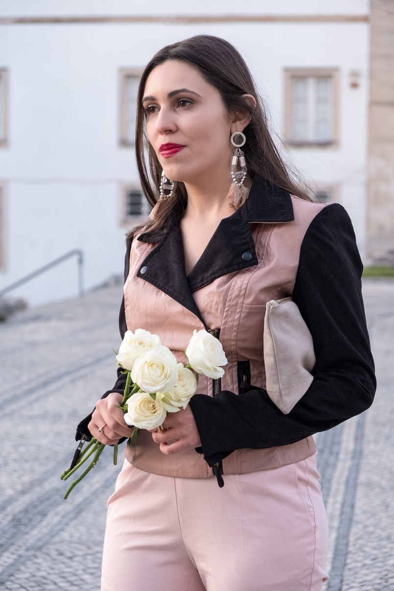 Le Fashionaire How to wear pink in a total look fake leather pink black velvet bershka jaket baggy pale pink zara trousers tassels pale pink pvc plastic bold earrings nude sfera leather clutch 4405 EN 805x1208
