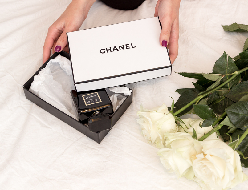 Le Fashionaire Currently favorite perfume: Chanel Coco Noir fashion inspiration black chanel coco noir perfume white roses white chanel box 1848 EN 805x617