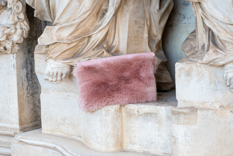 Le Fashionaire Transitional clothes: what to wear on the first days of fall? fur pale pink clutch 3642 EN 805x537