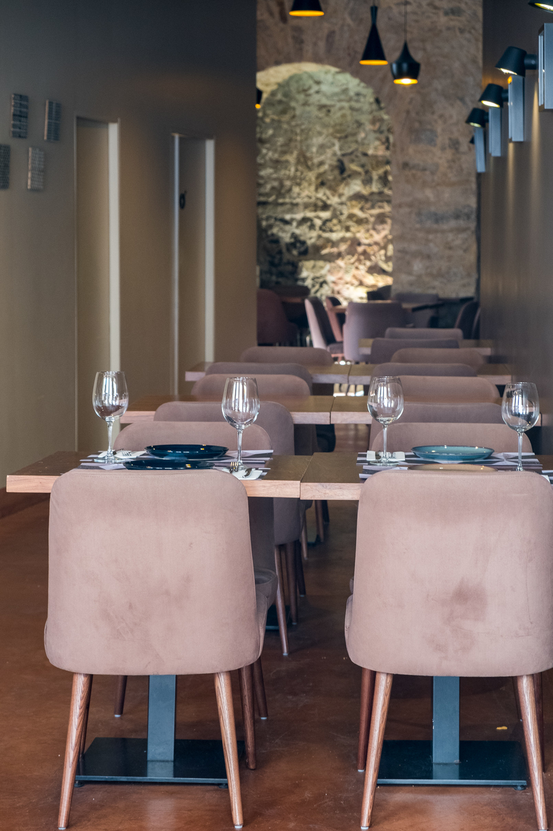 Le Fashionaire Cool places in town: Tapas nas Costas glasses table chairs 3818 EN 805x1208